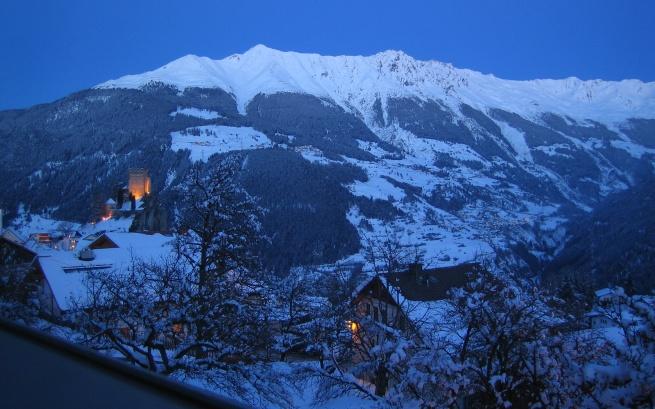Ladis. Widok z okien naszego apartamentu na zamek i okoliczne góry