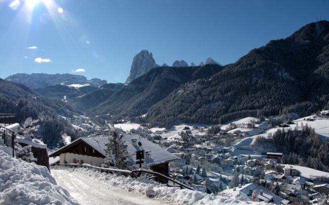 Widok na Ortisei z naszego apartamentu. W dali charakterystyczne szczyty Sassolungo