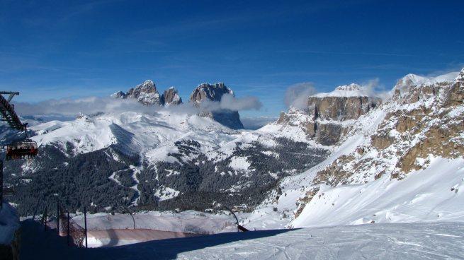 Col Rodella, Sassolungo, a wdole przełęcz Białego Wilka - widok z Sas Bece