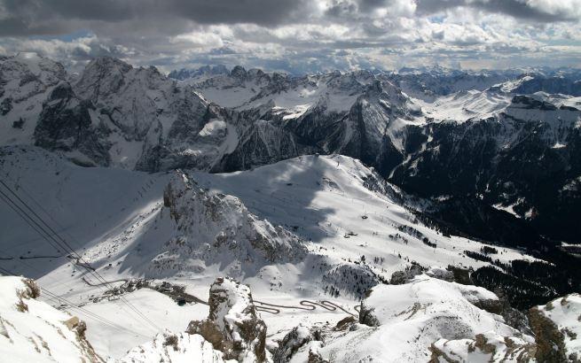 widok z Sass Pordoi na szosę z Passo Pordoi i Belveder, foto by BG